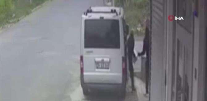 Hırsızların levye ile kapının kilidi kırıp silikon malzemeleri çaldığı anlar kamerada