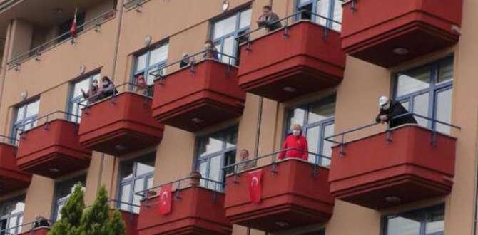 Huzurevi sakinleri, balkonlarda oynadı