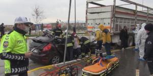 Otomobil park halindeki kamyonun altına girdi: 2 ölü
